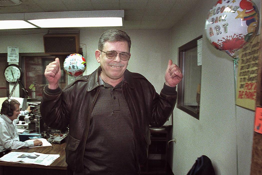 El locutor de radio Art Bell señala su regreso a las ondas cuando abandona KDWN-Radio luego de anunciar su regreso a la radio a partir del 5 de febrero de 2001. Bell fue anfitrión del popular pr ...