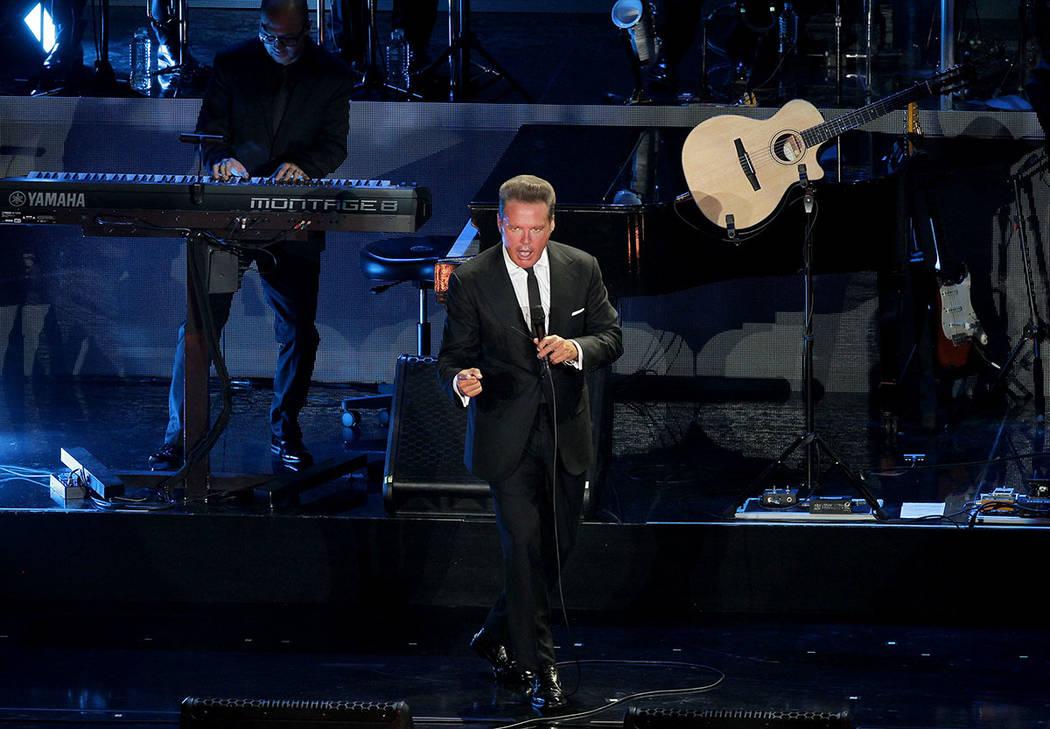"""ARCHIVO.- El cantante Luis Miguel retomó su gira """"¡México por siempre!"""" en el Auditorio Nacional, donde 10 mil gargantas se unieron para corear sus canciones y confirmar una vez más el gr ..."""