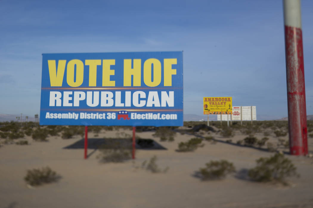 Una cartelera de campaña para Dennis Hof en el estacionamiento del Área 51 Alien Center en Amargosa Valley, Nevada, a unas 90 millas al norte de Las Vegas, viernes, 6 de abril de 2018. Richard B ...