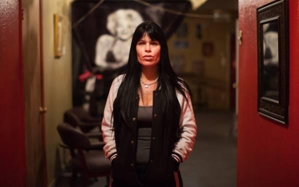 La señora Jennifer O'Kane posa en su Calico Club en Battle Mountain el viernes, 18 de diciembre de 2015. (Randi Lynn Beach / Las Vegas Review-Journal)