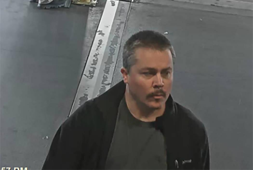 Anthony J. Wrobel, visto en un viaje anterior en marzo en el aeropuerto internacional McCarran en Las Vegas. (Cámara de McCarran vía FBI)