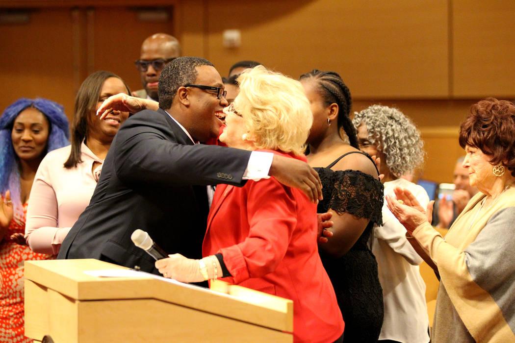 El concejal de la ciudad de Las Vegas, Cedric Crear, a la izquierda, da un abrazo a la alcaldesa Carolyn Goodman después de asumir el cargo de concejal del distrito 5 durante una reunión del con ...
