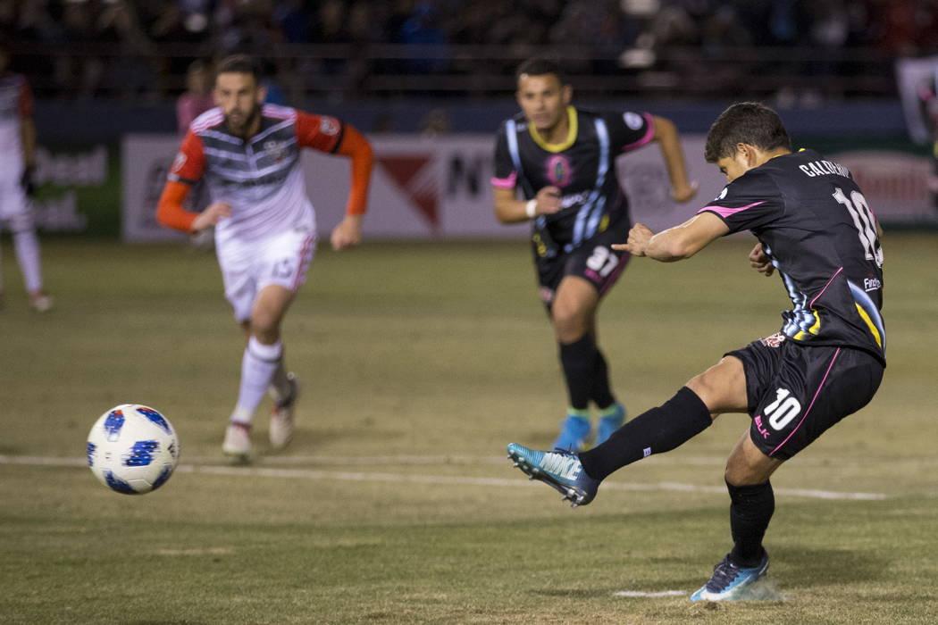 Juan José Calderón (10) de Las Vegas Lights FC anota un penal durante la segunda mitad del juego de exhibición de fútbol en Cashman Field en Las Vegas, el sábado 24 de febrero de 2018. Erik V ...