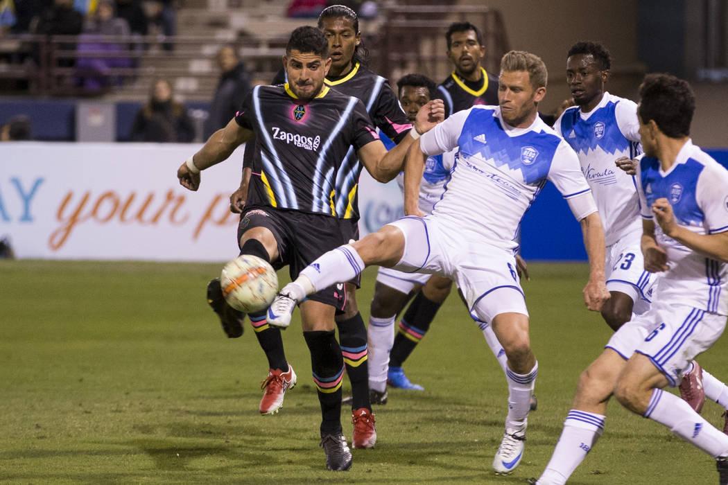 Marco Cesar Jaime Jr. (6) de las Vegas Lights FC y Guy Abend (8) de Reno 1868 FC van por el balón durante la segunda mitad del partido de la United Soccer League en Cashman Field en Las Vegas, el ...