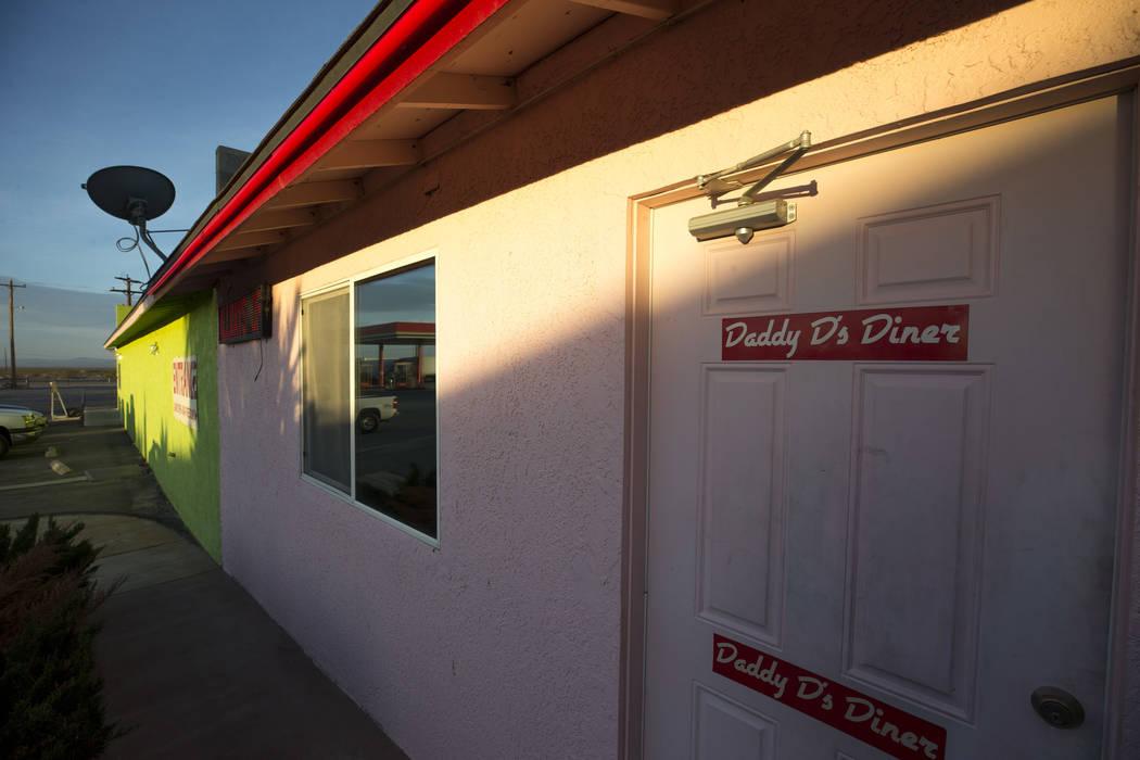 Una cartelera para Daddy D's 50's Diner en el estacionamiento del Area 51 Alien Center en Amargosa Valley, Nevada, a unas 90 millas al norte de Las Vegas, viernes, 6 de abril de 2018. Richard Bria ...