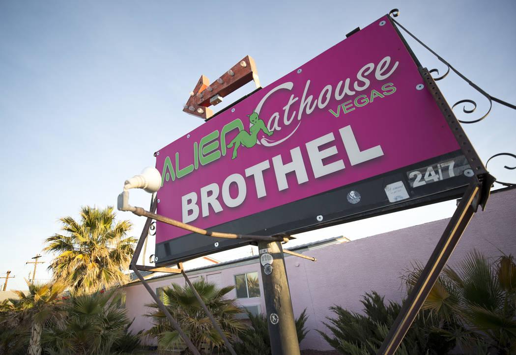 La entrada al burdel Alien Cathouse detrás del Area 51 Alien Center en Amargosa Valley, Nevada, a unas 90 millas al norte de Las Vegas, viernes, 6 de abril de 2018. Richard Brian Las Vegas Review ...