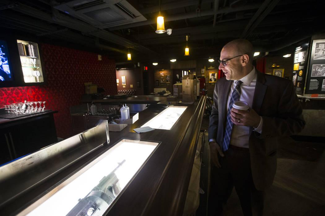 Jonathan Ullman, presidente y director ejecutivo de The Mob Museum, observa los artefactos de la época de la Prohibición en el bar clandestino de The Underground en The Mob Museum, en el centro ...