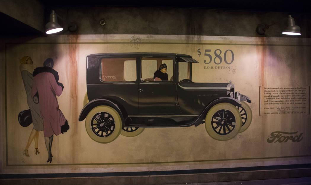 Un anuncio de Ford Modelo T exhibido en The Underground en The Mob Museum en el centro de Las Vegas el sábado 14 de abril de 2018. La exhibición de la era Prohibition en el sótano presenta una ...