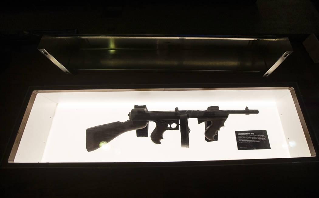 """La ametralladora Thompson, o """"Tommy gun"""", que fue utilizada por Sean Connery en la película """"Los intocables"""" exhibida en el bar clandestino de The Underground en The Mob Museum en el centro de La ..."""