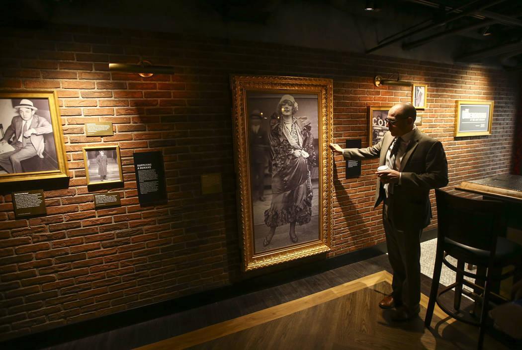 Jonathan Ullman, presidente y director ejecutivo de The Mob Museum, muestra la entrada a una habitación oculta por un retrato de pared en el bar clandestino de The Underground en The Mob Museum e ...