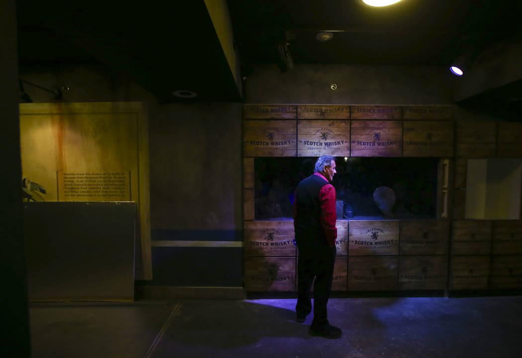 Un empleado echa un vistazo mientras se realizan los últimos toques en The Underground en The Mob Museum en el centro de Las Vegas el sábado 14 de abril de 2018. La exhibición de la era Prohibi ...