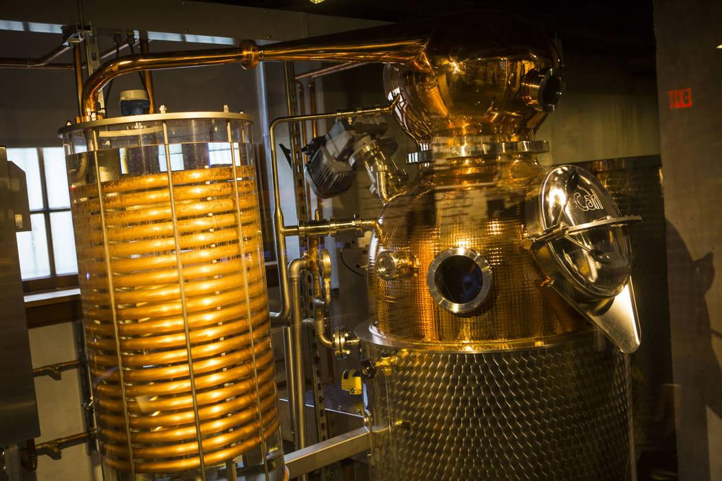 Una olla de cobre de 60 galones que todavía está en exhibición en la zona de destilación de The Underground en The Mob Museum en el centro de Las Vegas el sábado 14 de abril de 2018. La expos ...