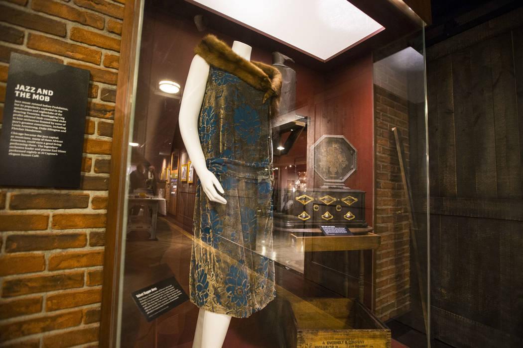 Un vestido de terciopelo con una bufanda de piel de visón en exhibición en el bar clandestino The Underground at The Mob Museum en el centro de Las Vegas el sábado 14 de abril de 2018. La expos ...
