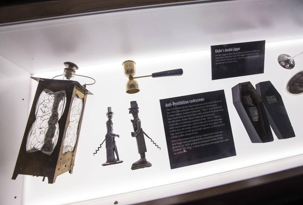 Artefactos de la época de la prohibición en el bar clandestino de The Underground en The Mob Museum en el centro de Las Vegas el sábado 14 de abril de 2018. La exhibición de la era Prohibition ...