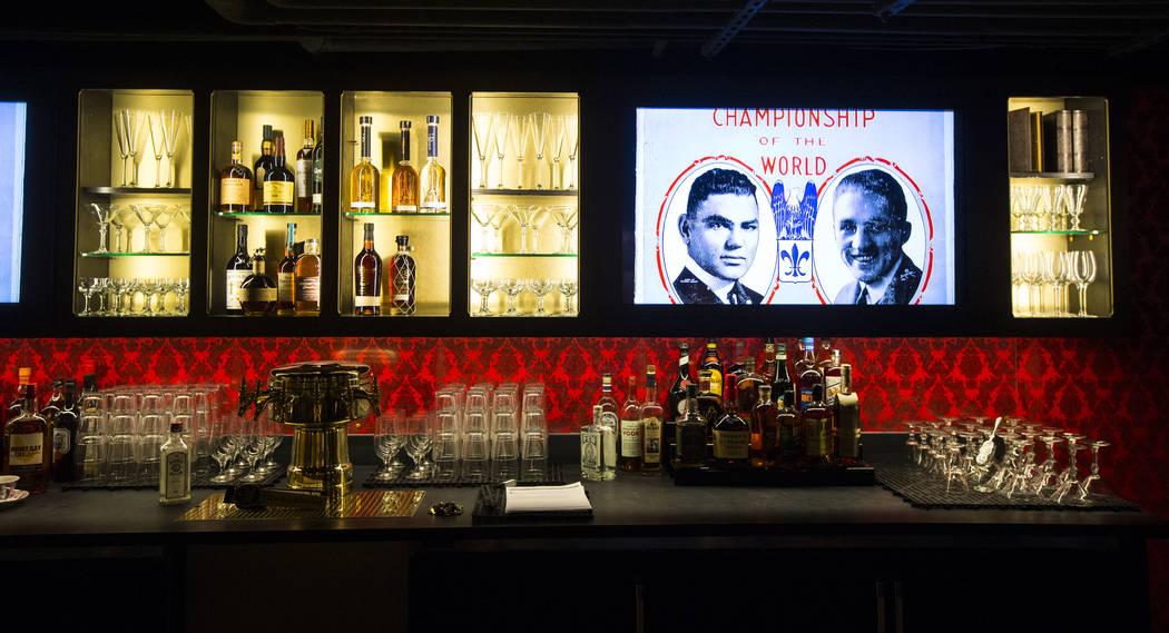 Los toques finales se hacen en el bar del bar clandestino en The Underground en The Mob Museum en el centro de Las Vegas el sábado 14 de abril de 2018. La exhibición de la era Prohibition en el ...