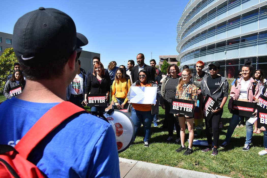 Estudiantes de UNLV continúan pidiendo al Congreso la toma de acciones para mejorar la seguridad en las escuelas. Viernes 20 de abril de 2018 en UNLV. Foto Anthony Avellaneda / El Tiempo.