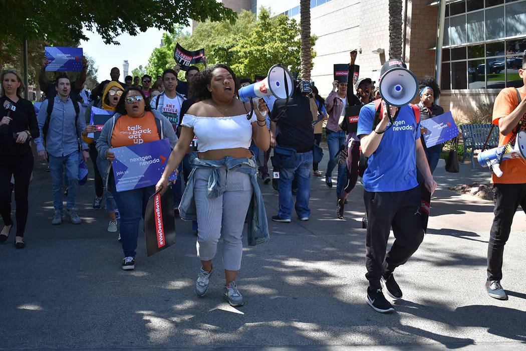 Estudiantes de UNLV y organizaciones activistas marcharon por el campus como protesta contra la violencia armada. Viernes 20 de abril de 2018 en UNLV. Foto Anthony Avellaneda / El Tiempo.
