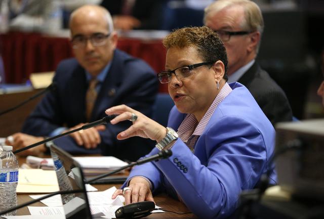 Senadores de Nevada: Mo Denis, izquierda, David Parks y Pat Spearman presentan un plan de impuestos alternativo en una audiencia en el Edificio Legislativo en Carson City el martes 24 de marzo de ...
