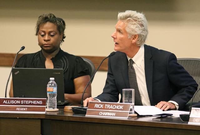 Rick Trachok, a la derecha, presidente de la Junta de Regentes, dirige una reunión especial en el Sistema de Educación Superior de Nevada el viernes 27 de mayo de 2016 en Las Vegas. Regent Allis ...