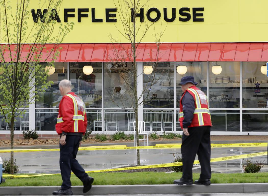 Trabajadores de emergencia caminan afuera de un restaurante de una Waffle House el domingo 22 de abril de 2018 en Nashville, Tenn. Al menos cuatro personas murieron después de que un hombre armad ...