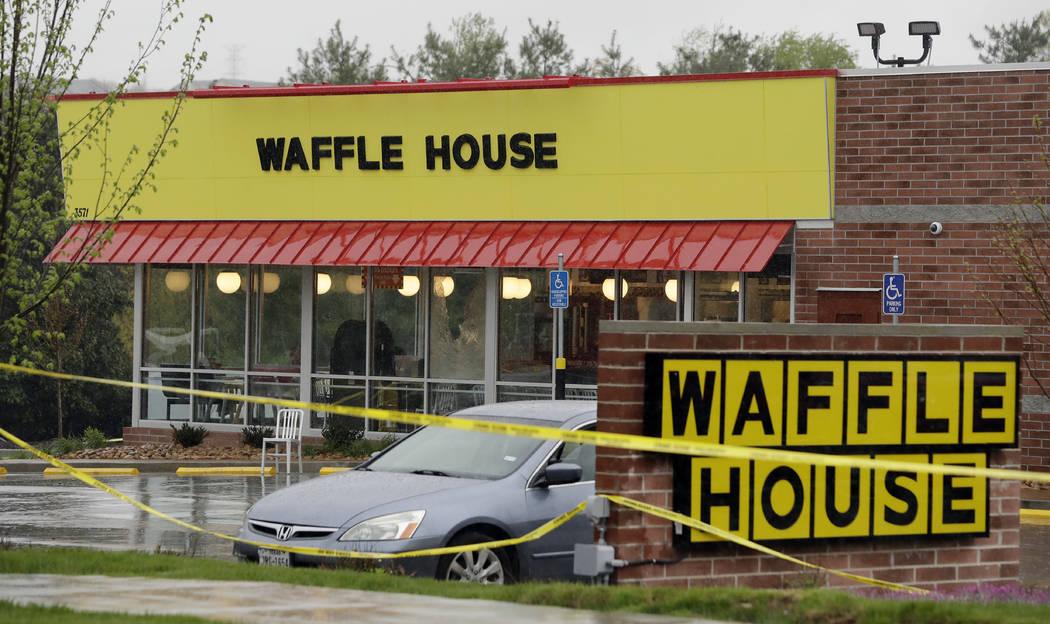La policía aprisionó bloques en un restaurante de una Waffle House el domingo 22 de abril de 2018 en Nashville, Tenn. Al menos cuatro personas murieron luego de que un hombre armado abrió fuego ...