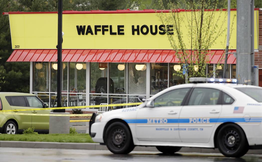 Un automóvil policial estacionado frente al restaurante Waffle House el domingo 22 de abril de 2018 en Nashville, Tenn. Al menos cuatro personas murieron después de que un hombre armado abrió f ...