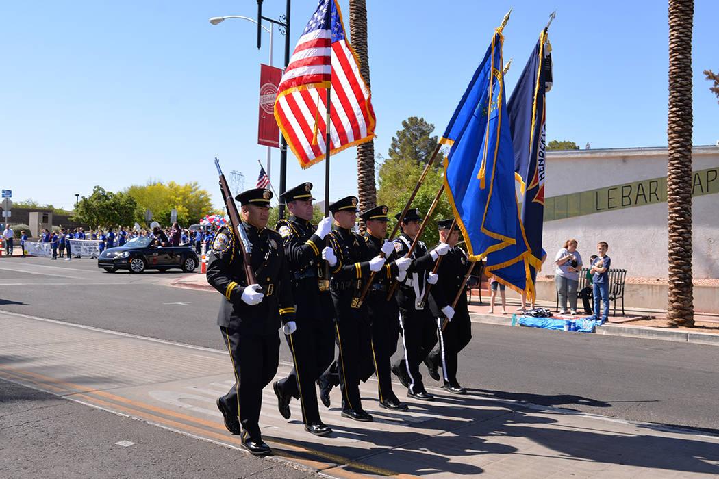 La solemnidad se hizo presente con el lábaro patrio de los EE.UU. al frente del desfile. Sábado 21 de abril de 2018 en el centro de Henderson. Foto Frank Alejandre / El Tiempo.