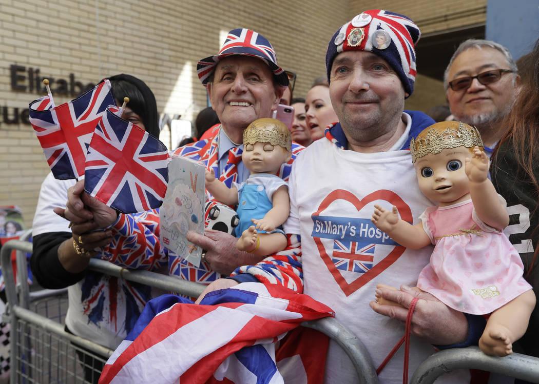 Los fanáticos reales: John Loughrey, derecha, y Terry Hutt posan para una foto frente al ala Lindo en el Hospital St Mary de Londres, Londres, el lunes 23 de abril de 2018. El Kensington Palace a ...