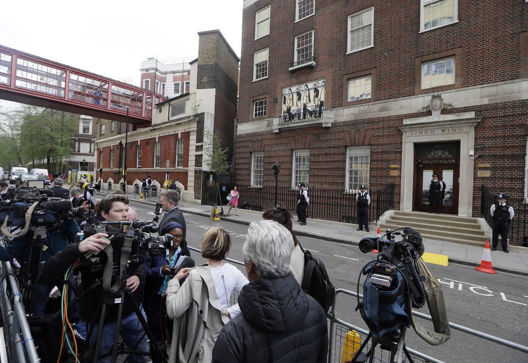 Los medios se reúnen frente al ala Lindo en el Hospital St Mary en Londres, Londres, el lunes 23 de abril de 2018. El Kensington Palace afirmó que la esposa del príncipe William, la duquesa de ...