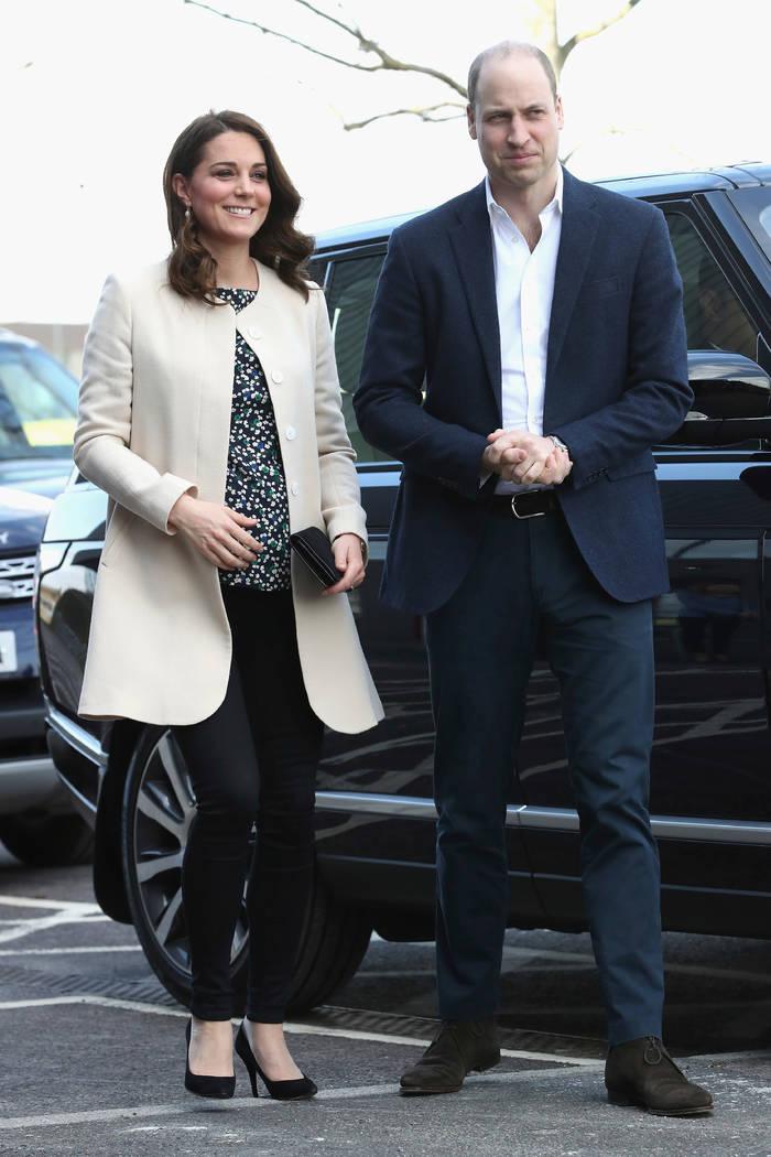 ARCHIVO - En este jueves, 22 de marzo, 2018 foto de archivo, los británicos: el Príncipe William y Kate, la duquesa de Cambridge, visitan Sports Aid en Copperbox Arena en Londres. El palacio de ...