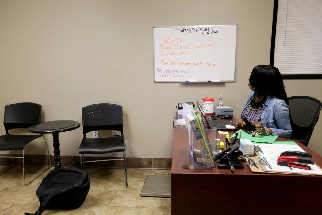 Cozy Harris, técnico de salud mental y técnico de salud conductual, en una sala de triage en el centro de tratamiento de adicciones sin fines de lucro WestCare en 323 N. Maryland Pkwy. en el cen ...