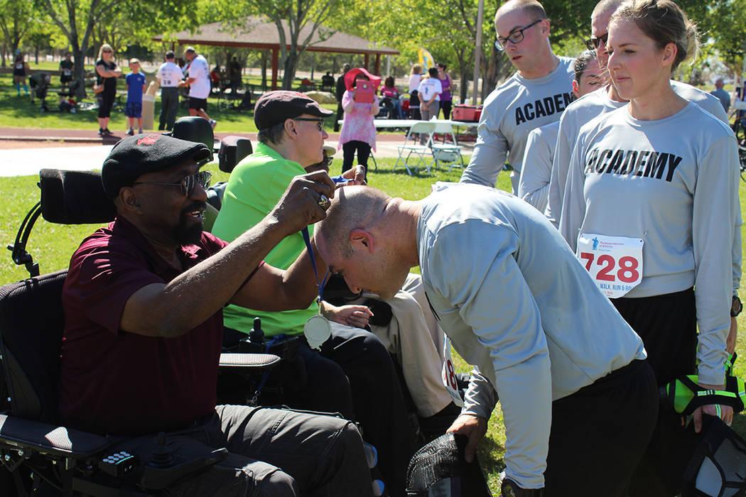 Veteranos y estudiantes intercambiaron agradecimientos por su servicio a la comunidad. Sábado 22 de abril, Parque Wayne Bunker. Foto Cristian De la Rosa / El Tiempo - Contribuidor.