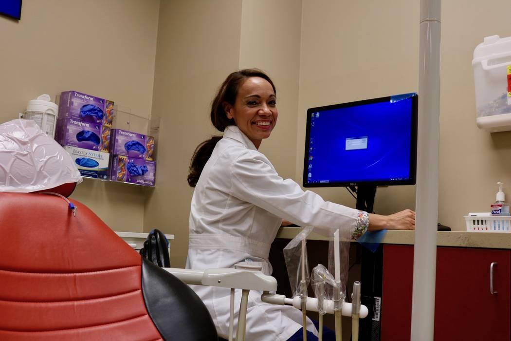 Dra. Tina Brandon Abbatangelo en la Clínica Dental del Campus de Maryland en el campus de la UNLV en Las Vegas el martes 17 de abril de 2018. Abbatangelo es dentista, dentista animal, profesora, ...