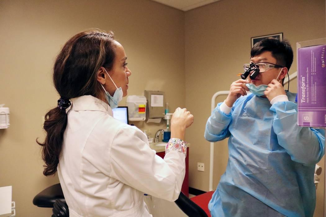 La Dra. Tina Brandon Abbatangelo habla con Raymond Yang, estudiante de cuarto año de odontología, en la Clínica Dental Campus de Maryland en el campus de la UNLV en Las Vegas el martes 17 de ab ...