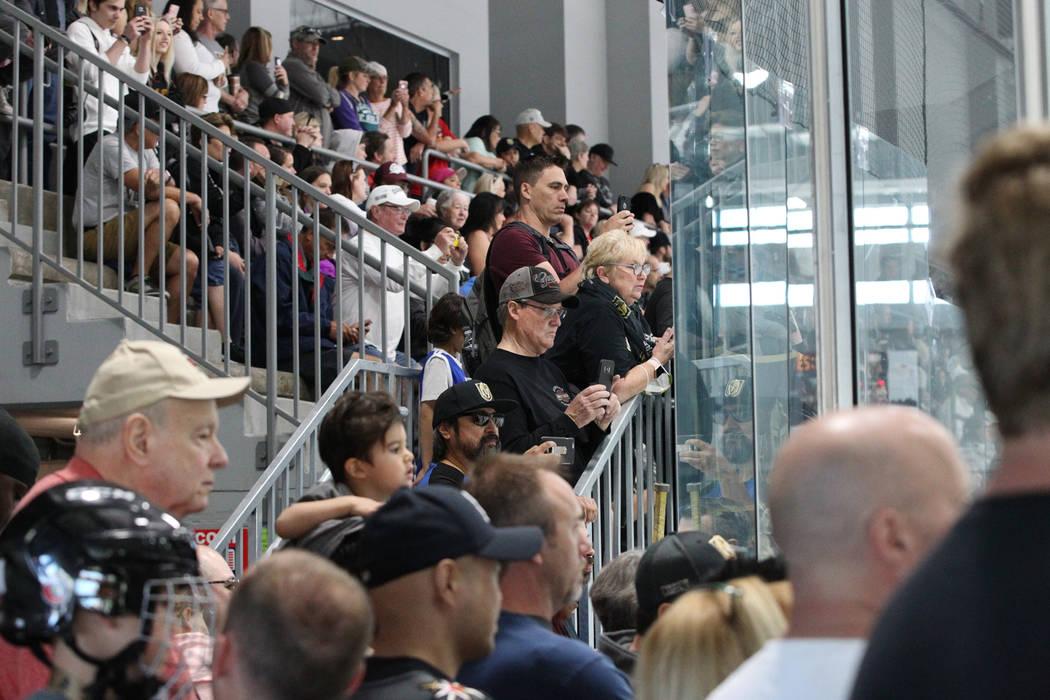 Fanáticos ven la práctica de Los Vegas Golden Knights en la Arena City National en Las Vegas, el sábado 21 de abril de 2018. Erik Verduzco Las Vegas Review-Journal @Erik_Verduzco