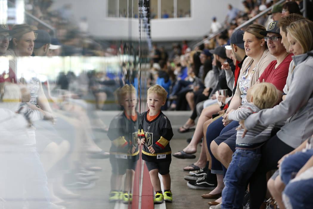 Anthony Sassi Jr., de 2 años, con sus padres Jenny y Anthony de Las Vegas, ven la práctica de Vegas Golden Knights en City National Arena en Las Vegas, el sábado 21 de abril de 2018. Erik Verdu ...