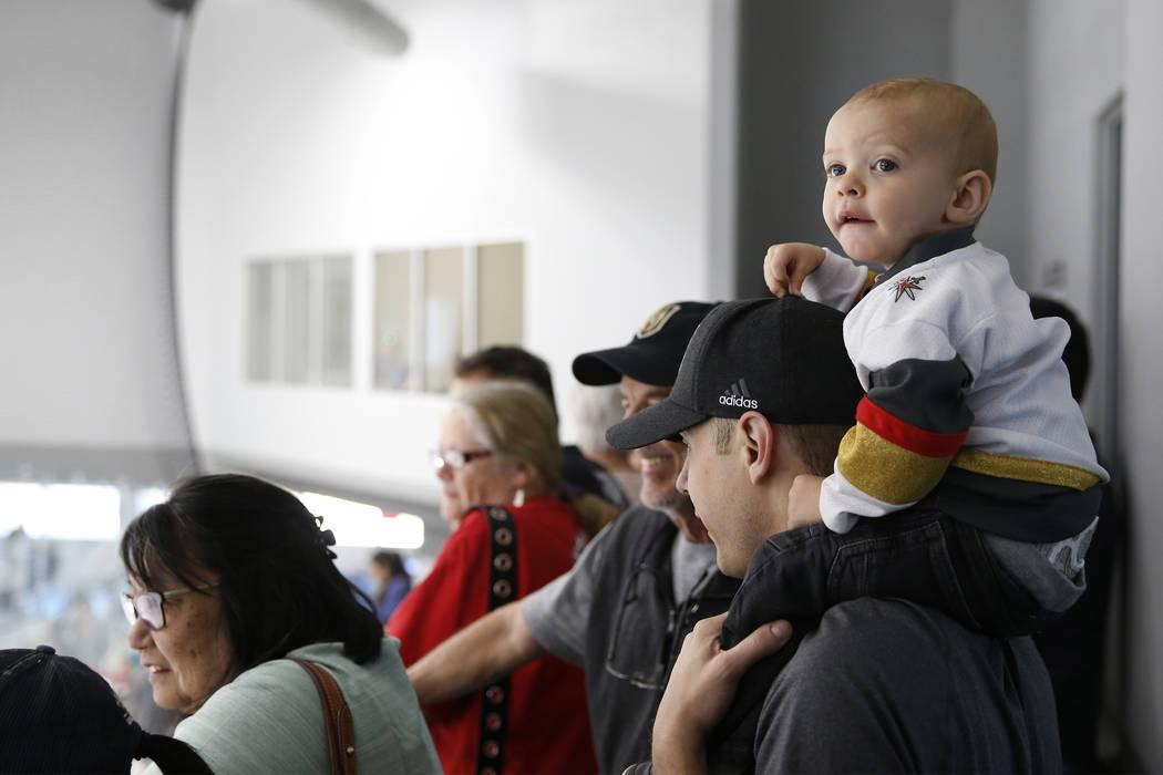 Andrej Radosavljevic con su hijo Aiden, de 2 años, observan la práctica de Vegas Golden Knights en el City National Arena de Las Vegas, el sábado 21 de abril de 2018. Erik Verduzco Las Vegas Re ...