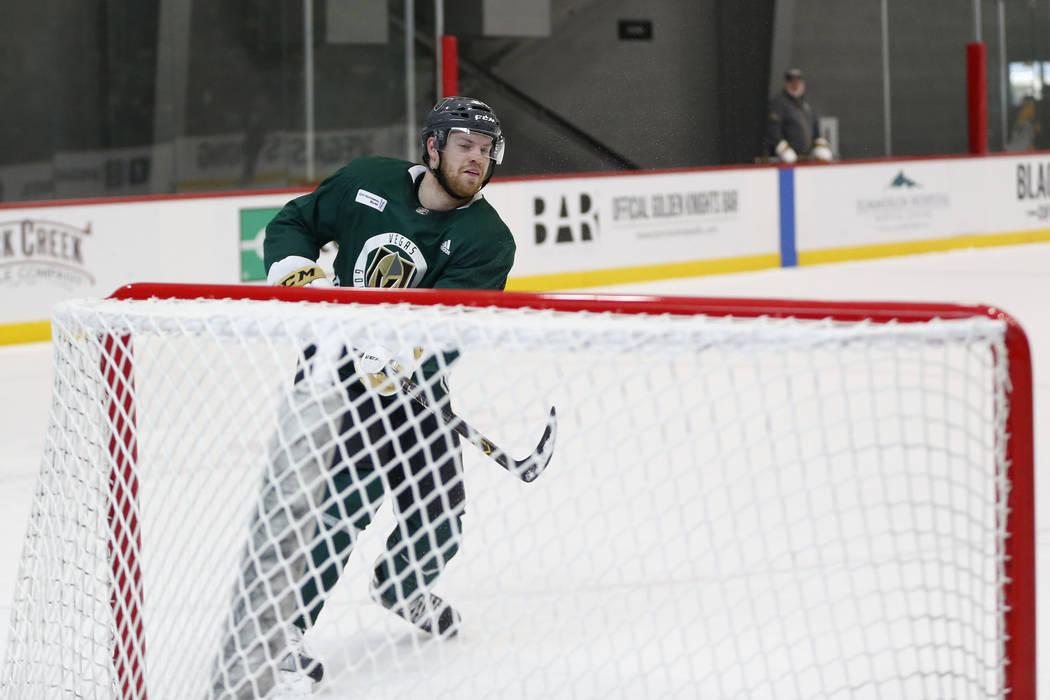 Oscar Lindberg (24) durante una práctica de equipo en City National Arena en Las Vegas, el sábado 21 de abril de 2018. Erik Verduzco Las Vegas Review-Journal @Erik_Verduzco
