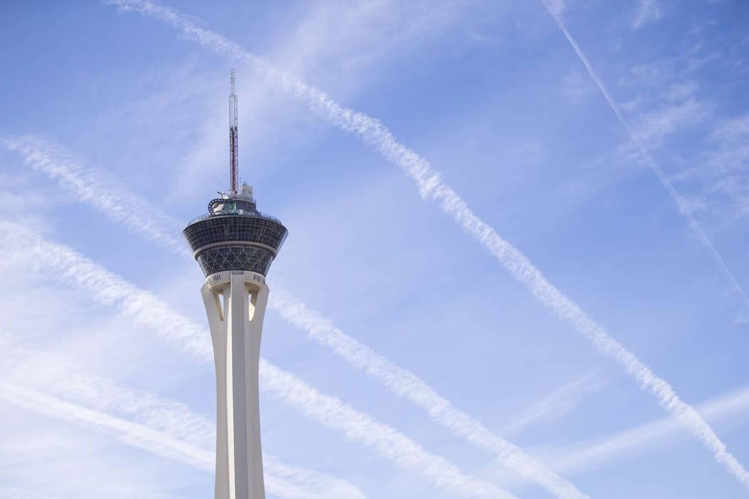 Rastros de vapor que dejan los aviones se ven sobre la torre Stratosphere en Las Vegas. (Richard Brian / Las Vegas Review-Journal) @vegasphotograph