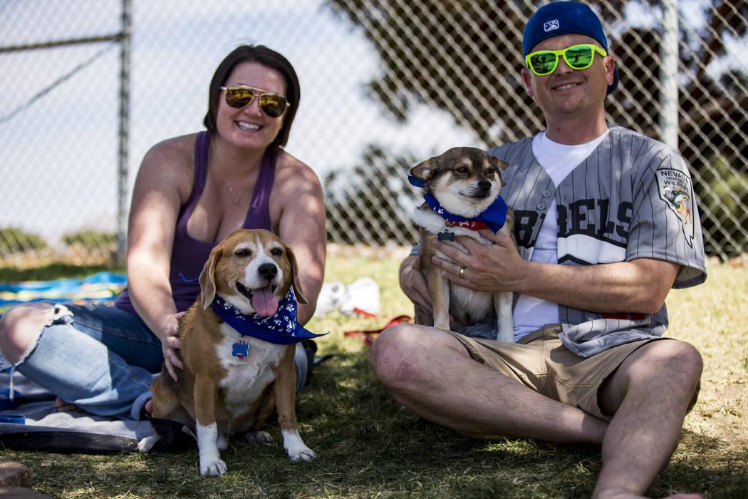 Allison y Bryan Cannon pasan tiempo con sus perros Copper, izquierda, y Lloyd Christmas en Cashman Field en Las Vegas el domingo 22 de abril de 2018. Patrick Connolly Las Vegas Review-Journal @PCo ...