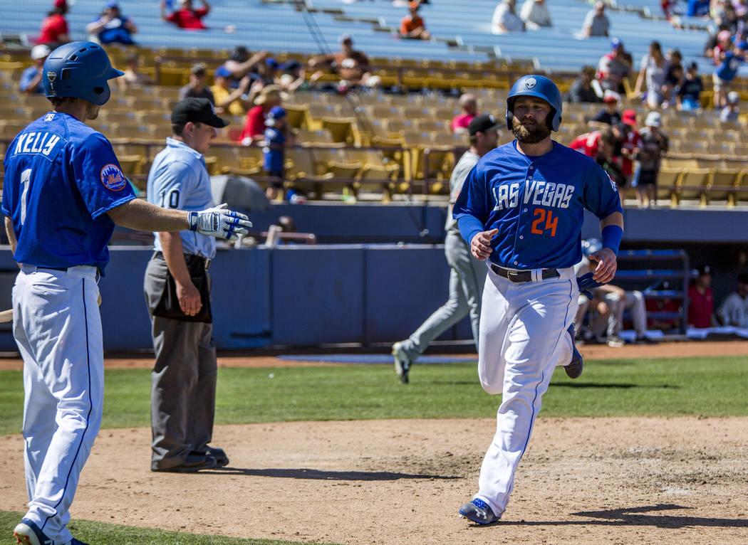 El campista izquierdo de los 51s: Bryce Brentz, anota una carrera contra los Chihuahuas de El Paso durante la séptima entrada en el Cashman Field en Las Vegas el domingo 22 de abril de 2018. Patr ...