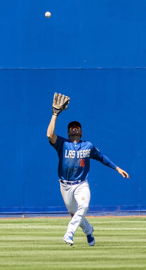El fueracampista de los 51s: Matthew Den Dekker, busca atrapar una pelota mientras juega contra los Chihuahuas de El Paso en la séptima entrada en Cashman Field en Las Vegas el domingo 22 de abri ...