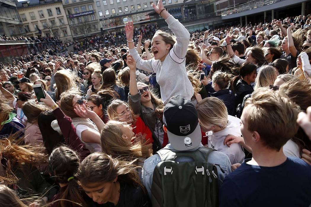 Los fanáticos de DJ Avicii se reúnen en Sergels Torg después de la noticia de su muerte, en el centro de Estocolmo, Suecia, el sábado 21 de abril de 2018. (Fredrik Persson / TT New Agency via AP)