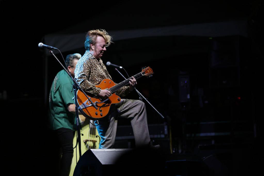 Brian Setzer de The Stray Cats presenta a una multitud de miles en el 21° espectáculo anual Viva Las Vegas Rockabilly Weekend en el hotel y casino Orleans el sábado 21 de abril de 2018. Michael ...