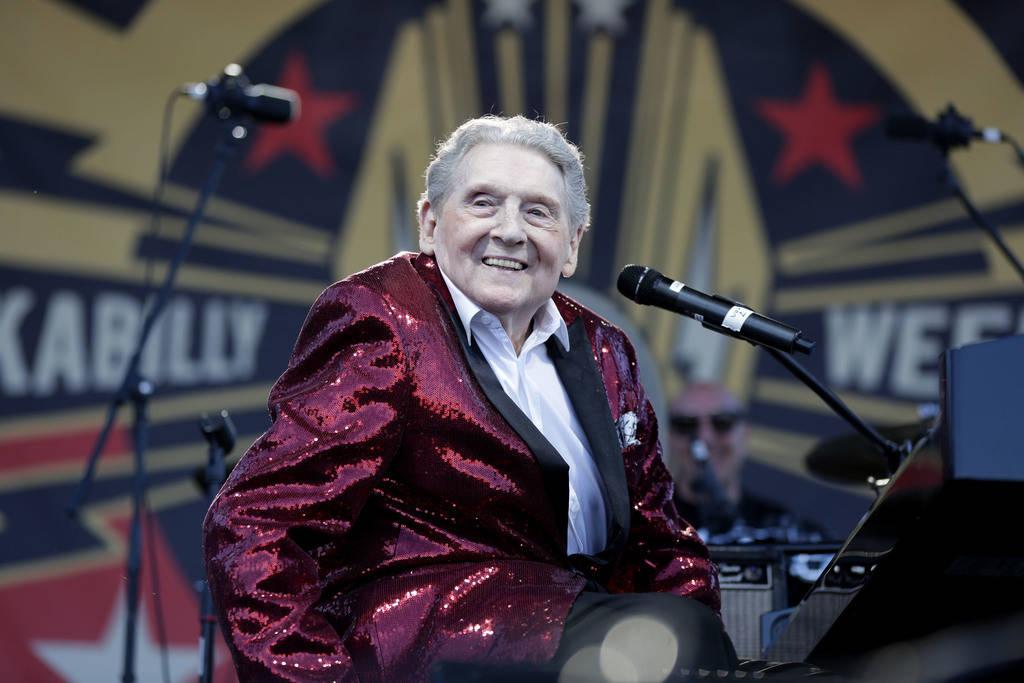 La leyenda del rock and roll, Jerry Lee Lewis sonríe a la multitud después de subir al escenario en el 21° espectáculo anual de Viva Las Vegas Rockabilly Weekend en el hotel y casino Orleans e ...