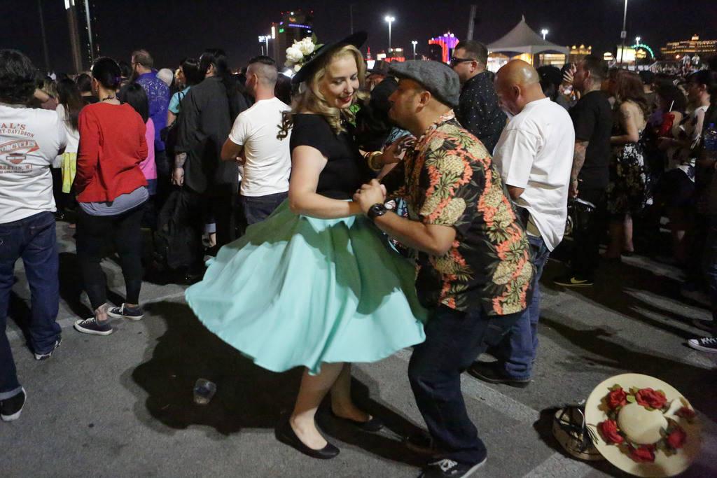 Diana y Eddie Manzanares de Los Angeles bailan al ritmo de la música de los Stray Cats en el 21° espectáculo anual Viva Las Vegas Rockabilly Weekend en el hotel y casino Orleans el sábado 21 d ...