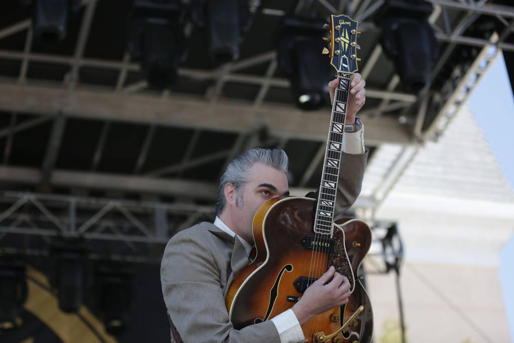El multiinstrumentista: Mitch Polzak, se presenta en el vigésimo primer espectáculo anual de Viva Las Vegas Rockabilly Weekend en el hotel y casino Orleans el sábado 21 de abril de 2018. (Micha ...