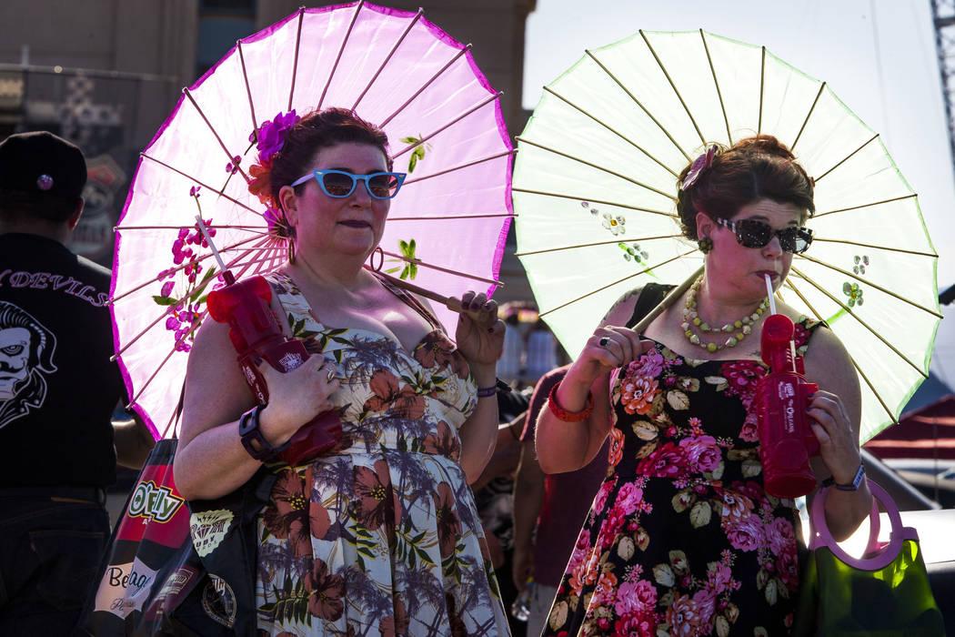 Carole Jensen, izquierda, y Julie Murawski de Portland, Oregon. Portan vestidos clásicos y sombrillas en Viva Las Vegas en The Orleans el sábado 21 de abril de 2018. Patrick Connolly Las Vegas R ...