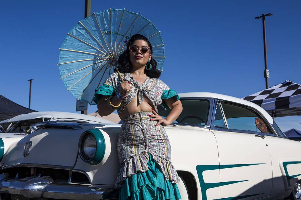 Jasmin Rodriguez de Las Vegas se para frente a un auto clásico en Viva Las Vegas en The Orleans el sábado 21 de abril de 2018. Patrick Connolly Las Vegas Review-Journal @PConnPie