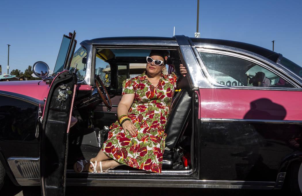 """Martha Garcia de Sacramento, California, se sienta dentro de un Ford Crown Victoria Skyline de 1955 llamado """"Rose"""" en Viva Las Vegas en The Orleans el sábado 21 de abril de 2018. Patrick Connolly ..."""